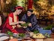组图:国际友人学包粽子和体验越南传统春节