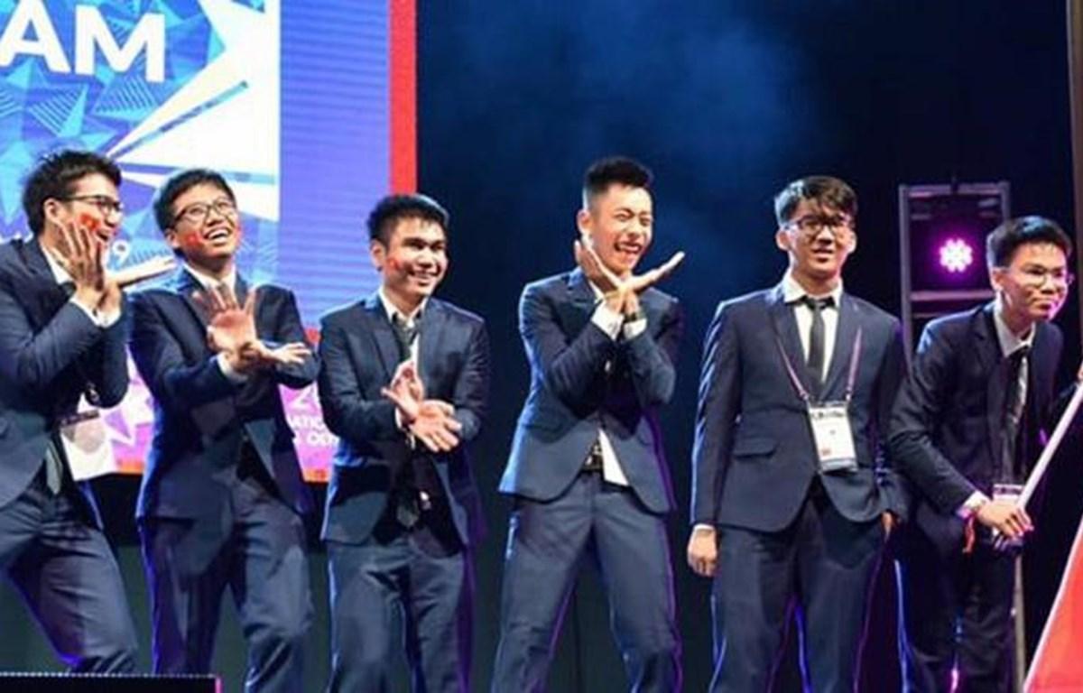 越南6名学生以优异表现摘下了两枚金牌和四枚银牌,让越南队进入最佳成绩前十名榜单