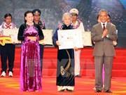 """13个集体和个人在""""光荣越南""""活动上受表彰"""