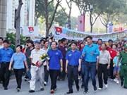 """胡志明市:6000多人参加""""接力上学""""助学基金筹款步行活动"""