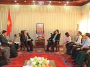 美国驻越大使奥修斯考察越南广治省排雷工作