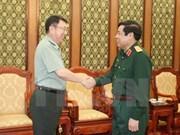 越南国防部长冯光青大将会见中国驻越南大使馆武官甄中兴大校