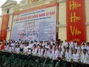 越南南定省助学协会向850名贫困好学学生颁发自行车