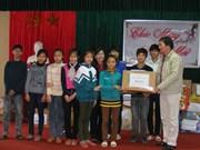 越南兴安省向当地儿童们提供协助