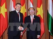 越南国会主席阮生雄与匈牙利国会主席克韦尔举行会谈