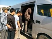 首批在阿13名越南劳动者回国