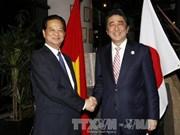 越南政府总理阮晋勇同日本首相安倍晋三举行会晤