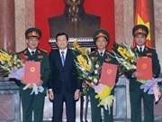 越南国家主席张晋创向越南人民军三名将官颁发晋升军衔决定