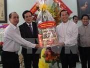 圣诞节即将来临 越南祖国阵线中央委员会看望慰问平阳省基督教教职人员和信教群众