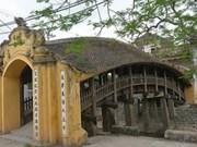 越南南城美丽的瓦顶木桥