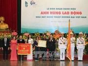 张晋创主席向越南当代艺术剧院授予劳动英雄称号