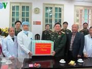 越南人民军总政治局主任吴春历大将探访越德友谊医院