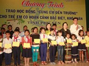 越南国家副主席阮氏缘向富安省特困学生颁发助学金