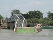 越南同奈省一座大桥被驳船撞断 铁路运输被中断