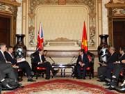 胡志明市人民委员会主席阮成峰会见英国外交大臣哈蒙德