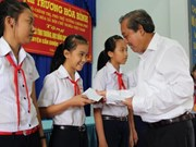政府副总理张和平向隆安省贫困县助学基金会移交善款