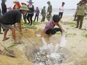 紧急援助受大批鱼群异常死亡事件影响民众