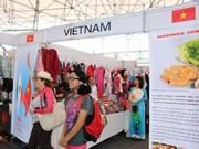"""第8次""""异国朋友文化特色""""博览会:越南展位深受墨西哥参观者的喜爱和好评"""