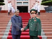 越南国防部长吴春历与印度国防部长马诺哈尔•帕里卡尔举行会谈