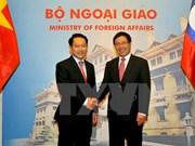 政府副总理兼外长范平明与老挝外交部长沙伦赛·贡玛希举行会谈