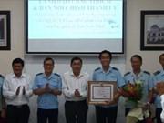 胡志明市新山一国际机场口岸海关分局破获13起非法运输毒品与武器案件