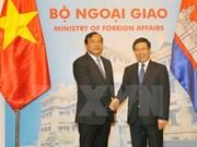 越南政府副总理兼外长范平明同柬埔寨国务兼外交国际合作部大臣布拉索昆举行会谈