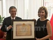 美国商会驻河内代表处代表荣获越南友谊勋章