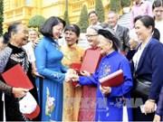 越南国家副主席邓氏玉盛会见广南省奠盘市越南英雄母亲代表团