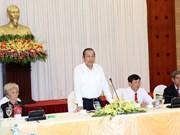 越南政府副总理张和平会见同塔省革命有功者代表团