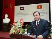 """越南友好组织联合会授予柬埔寨驻越南大使""""致力于各民族和平友谊纪念章"""""""