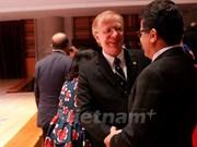 """越南授予加拿大驻越大使""""致力于各民族和平友谊纪念章"""""""