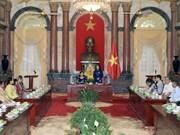 国家副主席接见永隆省对革命有功劳者代表团