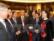 国会主席阮氏金银会见越南驻外大使和首席代表