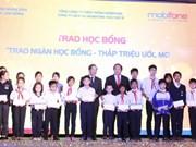 越南电信公司MOBIPHONE向林同省贫困生发放助学金