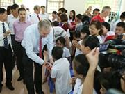 美国驻越大使特德·奥修斯探望慰问越南友谊村橙剂受害者