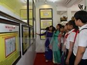 """""""黄沙、长沙归属越南:历史证据和法律依据""""地图资料流动展会在广治省举行"""