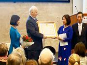 越南授予挪威前外交大臣国家主席的友谊勋章
