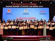 """2016年""""致力于劳动者企业""""奖项颁奖仪式在河内举行"""