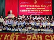 越南国家副主席邓氏玉盛向乂安省贫困生颁发100份励志奖学金