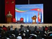 爱尔兰总统麦克·希金斯与河内国家大学干部和大学生交谈