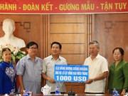 旅居老挝越南人为中部灾民捐款