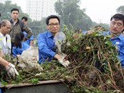 武德儋副总理与河内市青年们参与灵潭湖垃圾清理活动