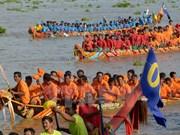 """柬埔寨传统""""送水节"""":龙舟赛在洞里萨湖举行(组图)"""
