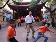 英国威廉王子访越:走访河内各地  与小学生踢足球(组图)