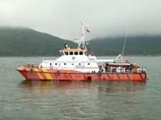 越南岘港市将遇险船员安全送上岸