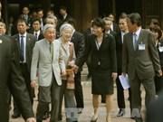 日本天皇明仁和皇后与越南留日往届大学毕业生进行交流