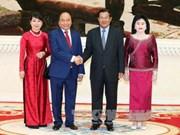 柬埔寨首相洪森举行仪式 欢迎越南政府总理阮春福访柬
