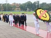 越南第十四届国会代表前往胡志明主席陵墓敬献花圈(组图)