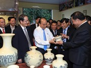 越南政府总理阮春福走访海阳省舟逗陶瓷股份公司(组图)