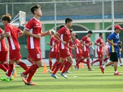 印尼第18届亚运会: 越南国家奥林匹克足球队在与巴基斯坦球队角逐之前进行赛前热身训练(组图)